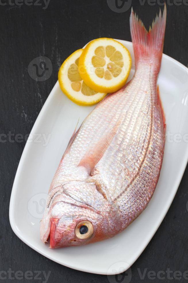 frischer Fisch mit Zitrone foto