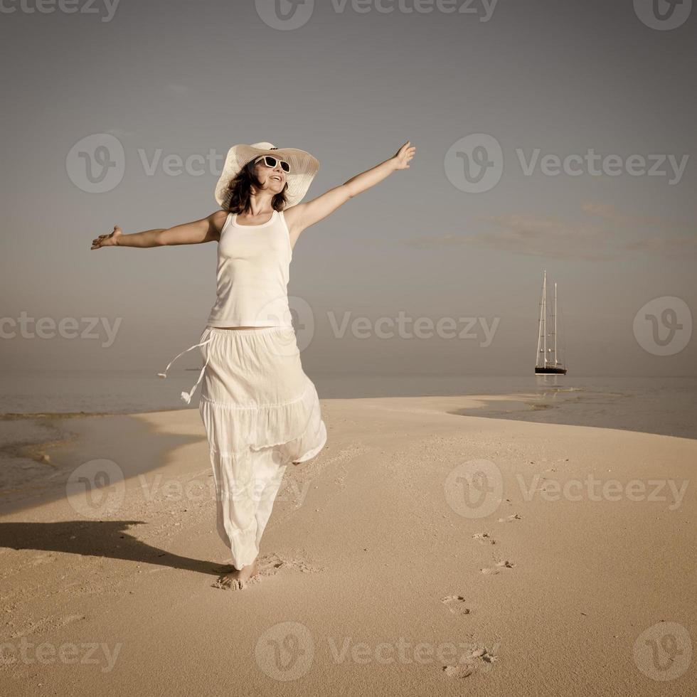 kaukasische Frau, die am Meer tanzt foto