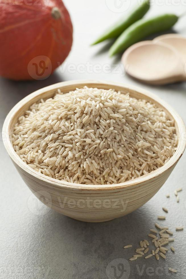 brauner Reis in einer Schüssel foto