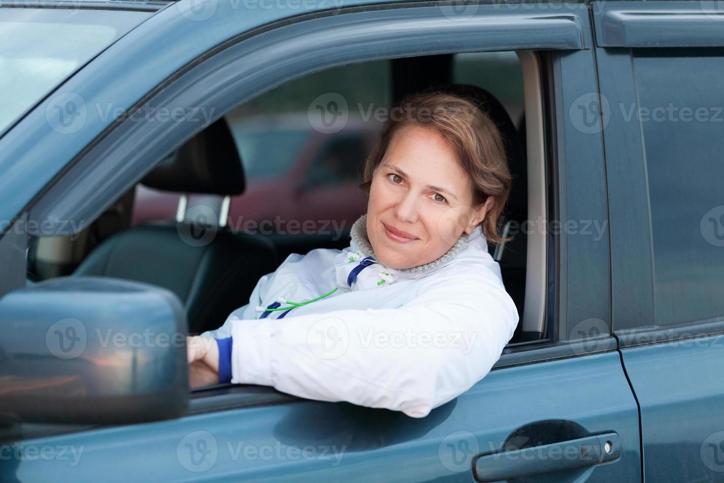 junge kaukasische Frau als Fahrer, Porträt im Freien foto