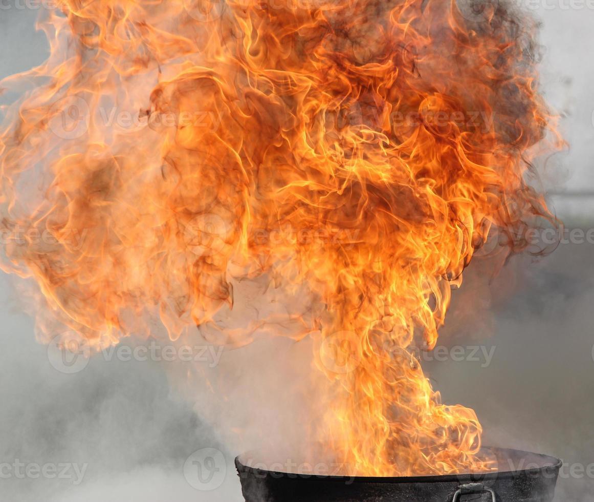 riesiges Feuer kommt aus der Grube foto