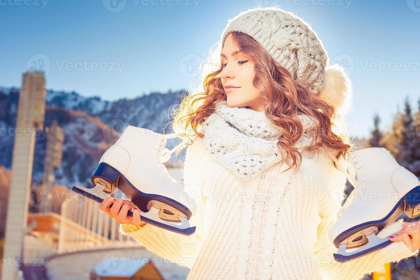 schöne kaukasische Frau, die zum Eislaufen im Freien geht foto