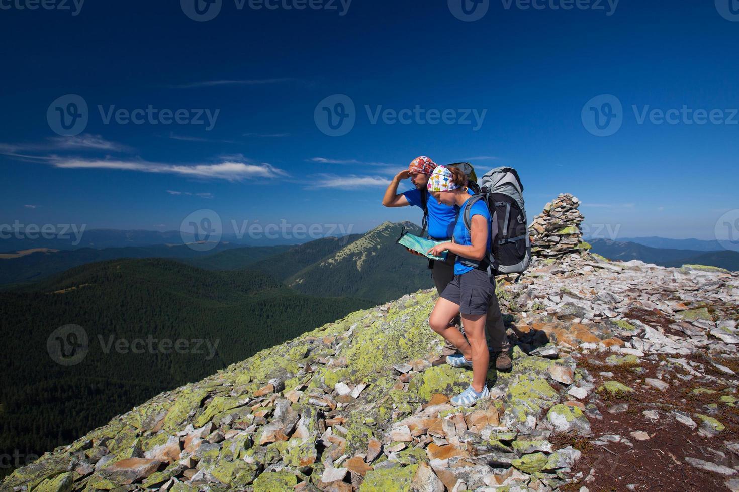 Das kaukasische Paar ruht sich auf dem Berg aus foto