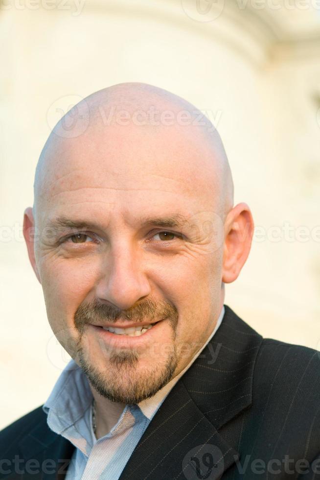 lächelnder kaukasischer Mann, rasierter Kopf, Spitzbart, isolierter Hintergrund foto