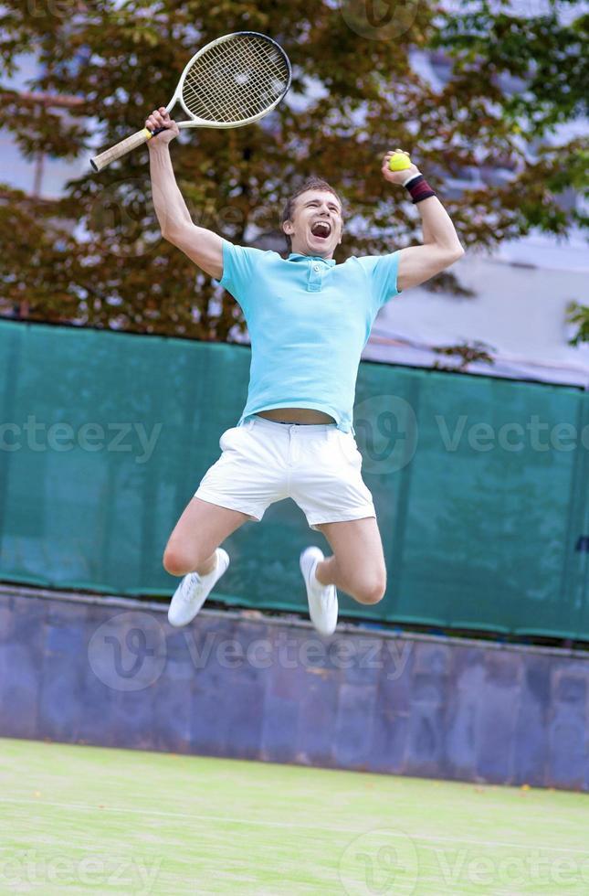 Porträt des jungen ausrufenden männlichen kaukasischen Tennisspielers foto