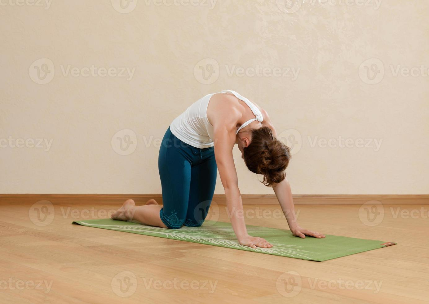 kaukasische Frau praktiziert Yoga im Studio (Goasana) foto