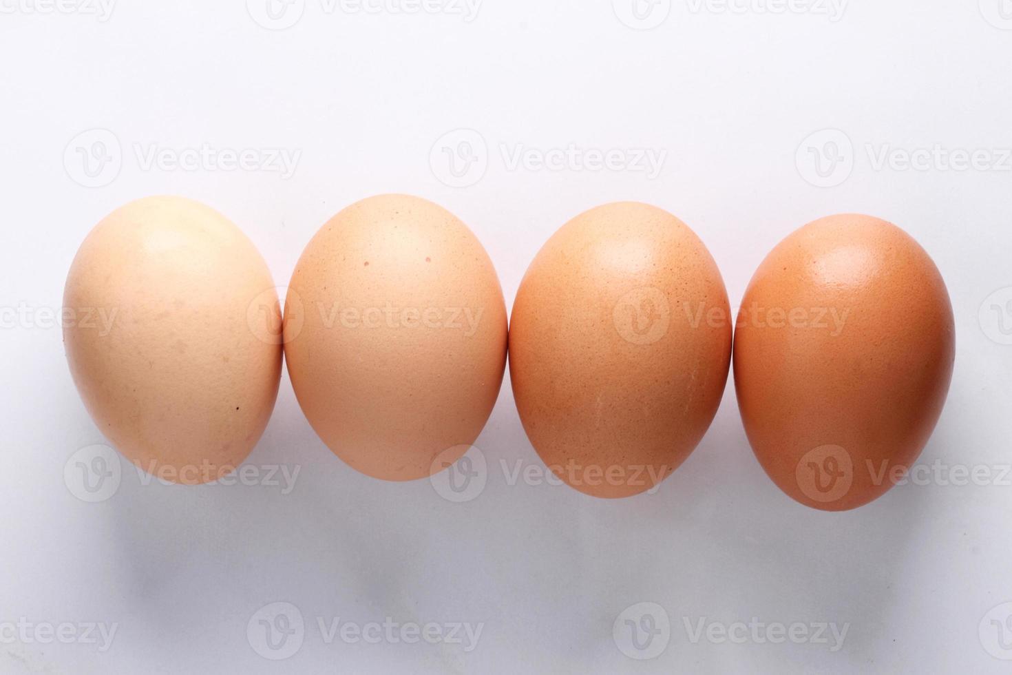 braune Eier auf Marmortisch foto
