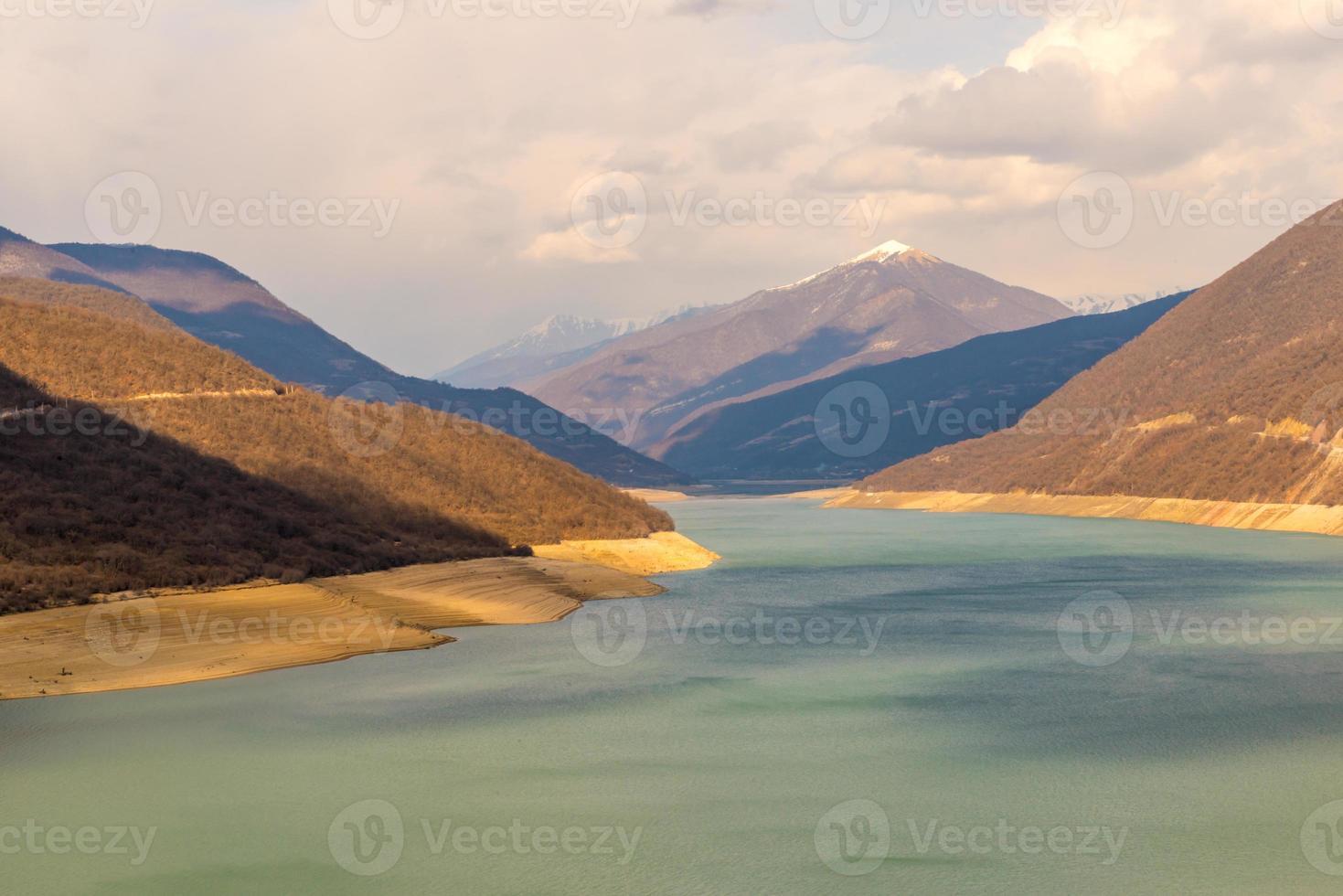 kaukasische Berge in der Nähe des grünen Sees und erstaunliche Wolken foto