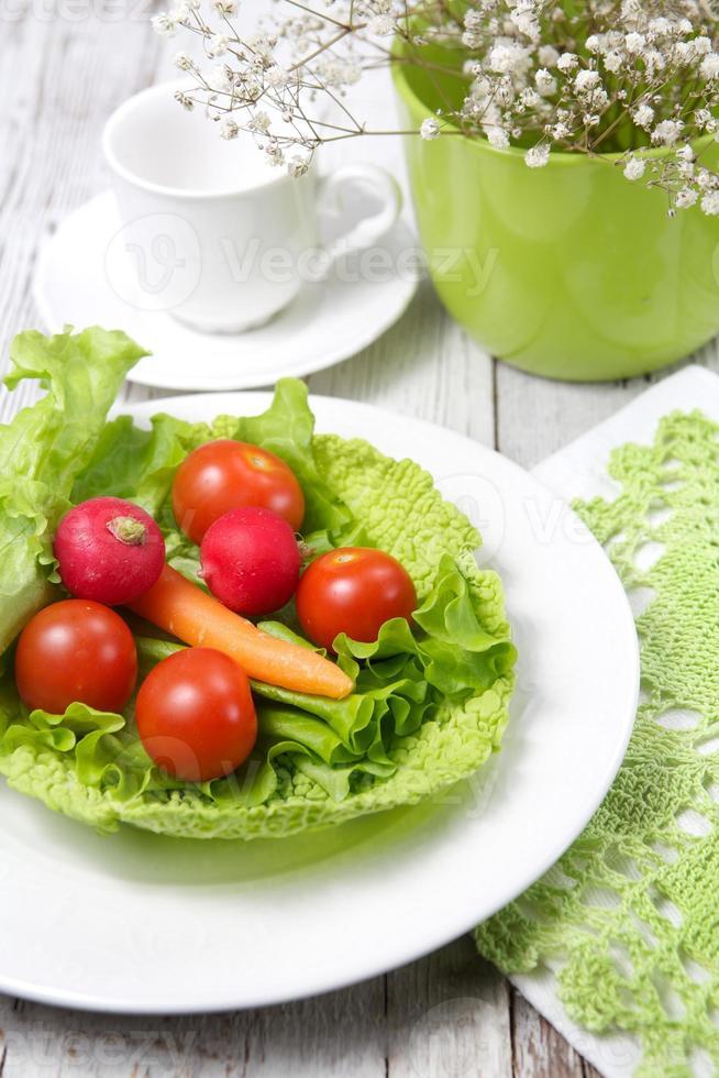 Frühstück mit grünem Salat foto