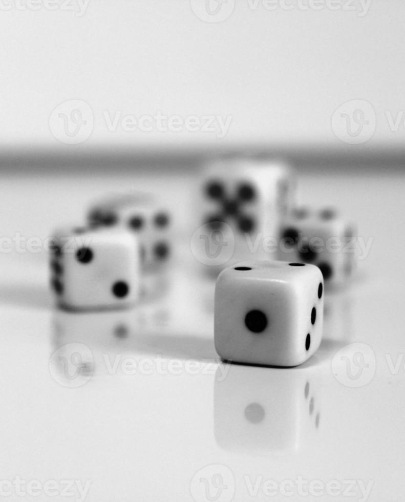 Wuerfel Würfel Glück weiß schwarz Zahl Spiel foto