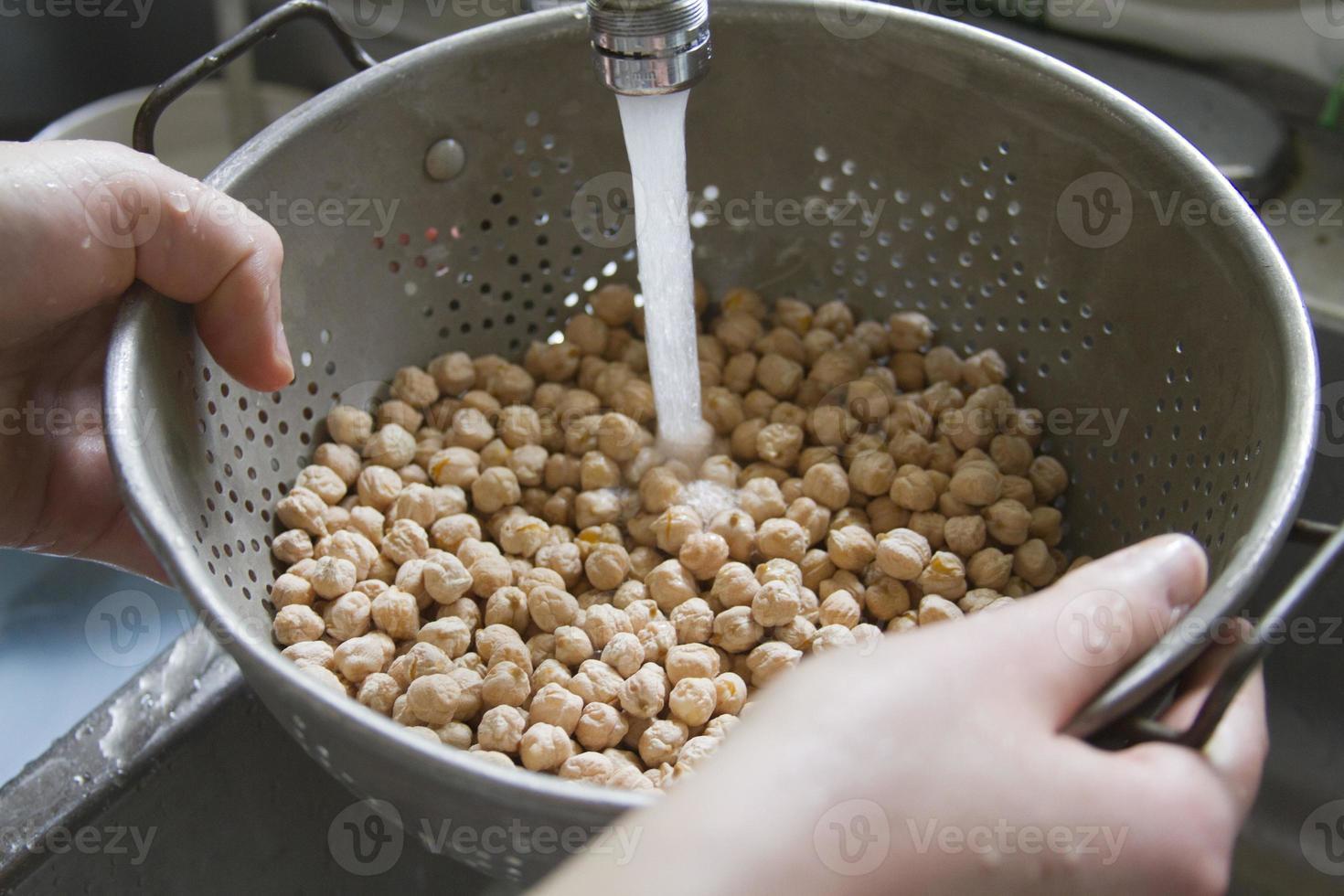 Waschen von Kichererbsenbohnen foto