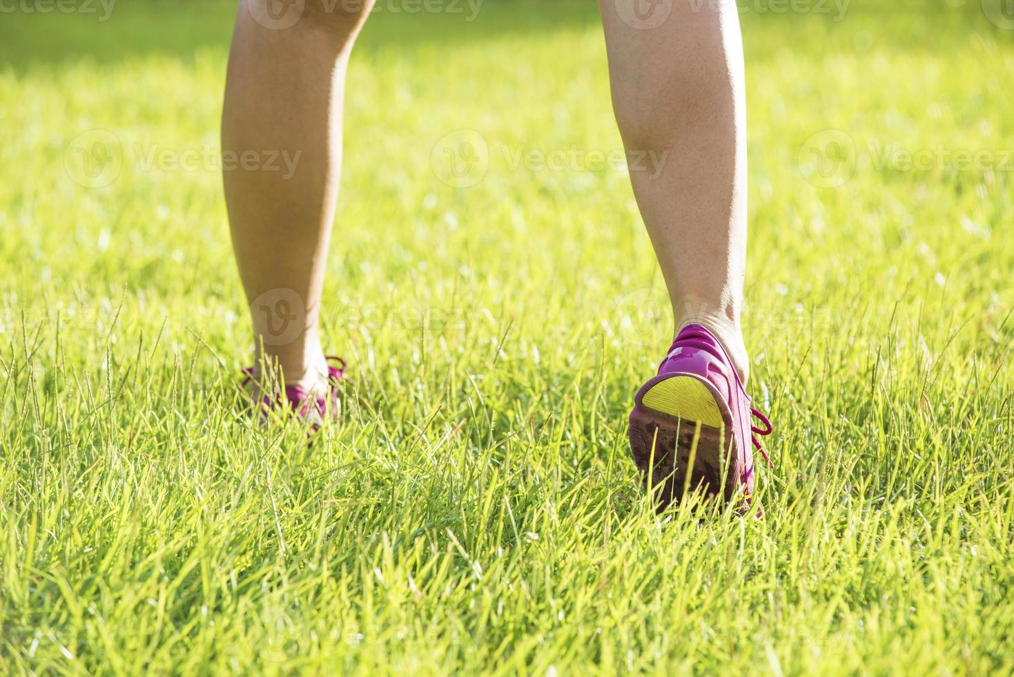 Läuferathlet, der am tropischen Park läuft foto