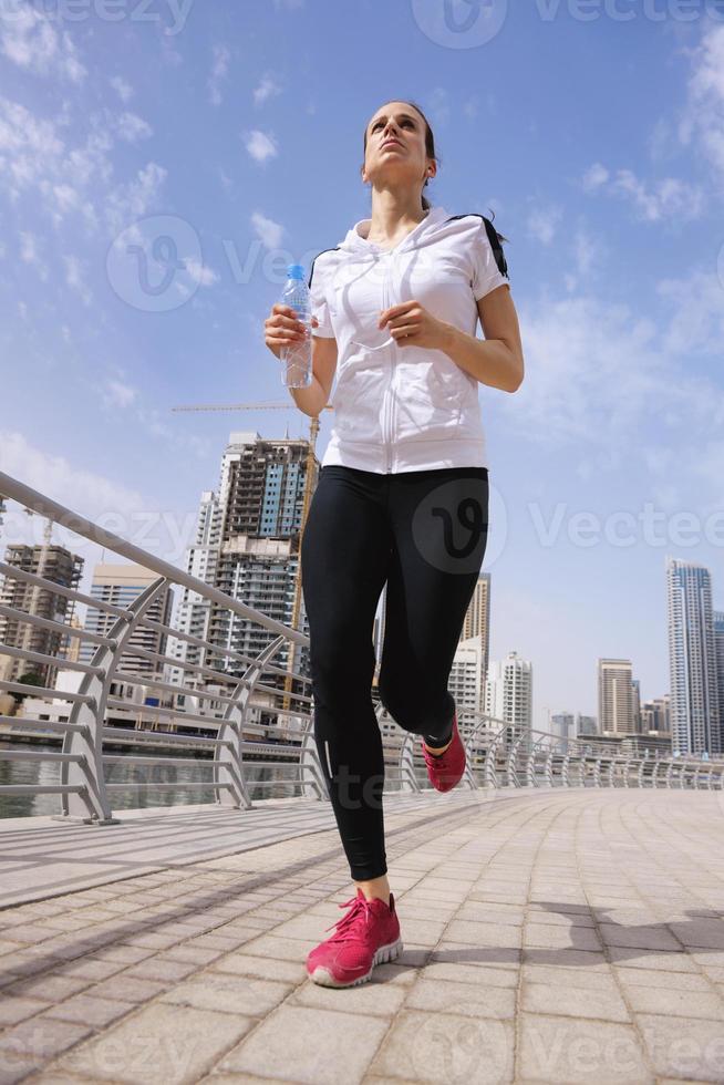 Frau, die am Morgen joggt foto