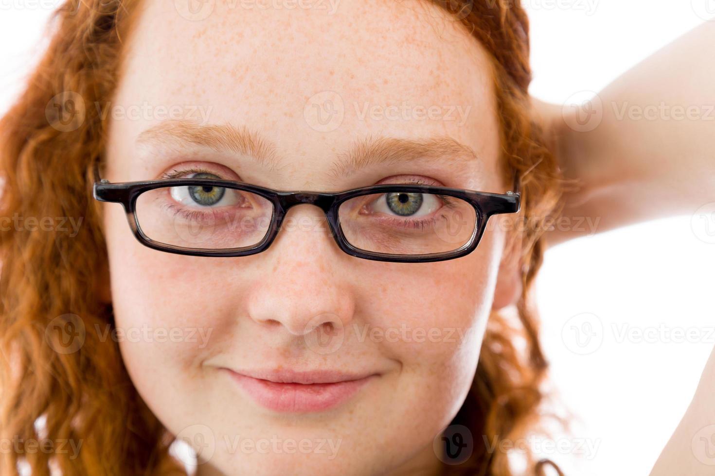 Modell isoliert auf weißem rotem Haar foto