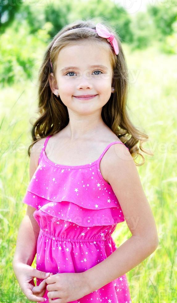 Porträt des entzückenden lächelnden kleinen Mädchens foto