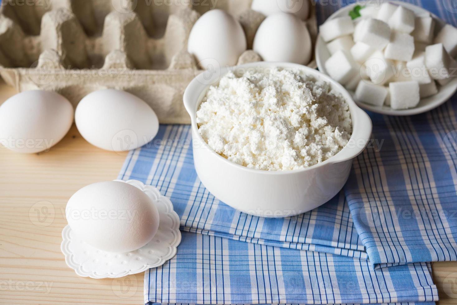 Molkerei. Hüttenkäse und Eier foto