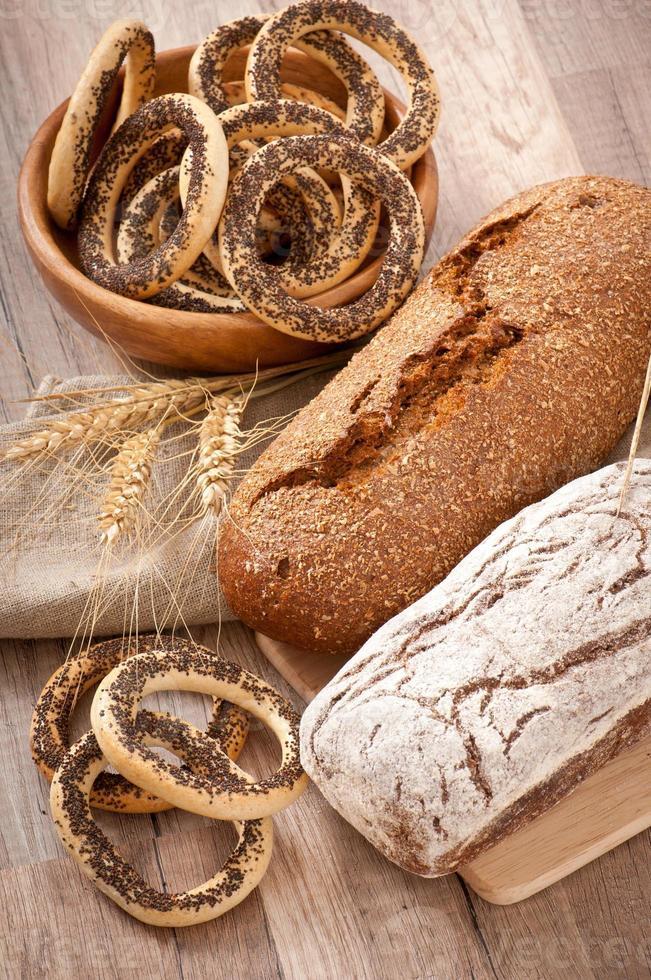 Bäckerei und Ähren auf einem hölzernen Hintergrund foto