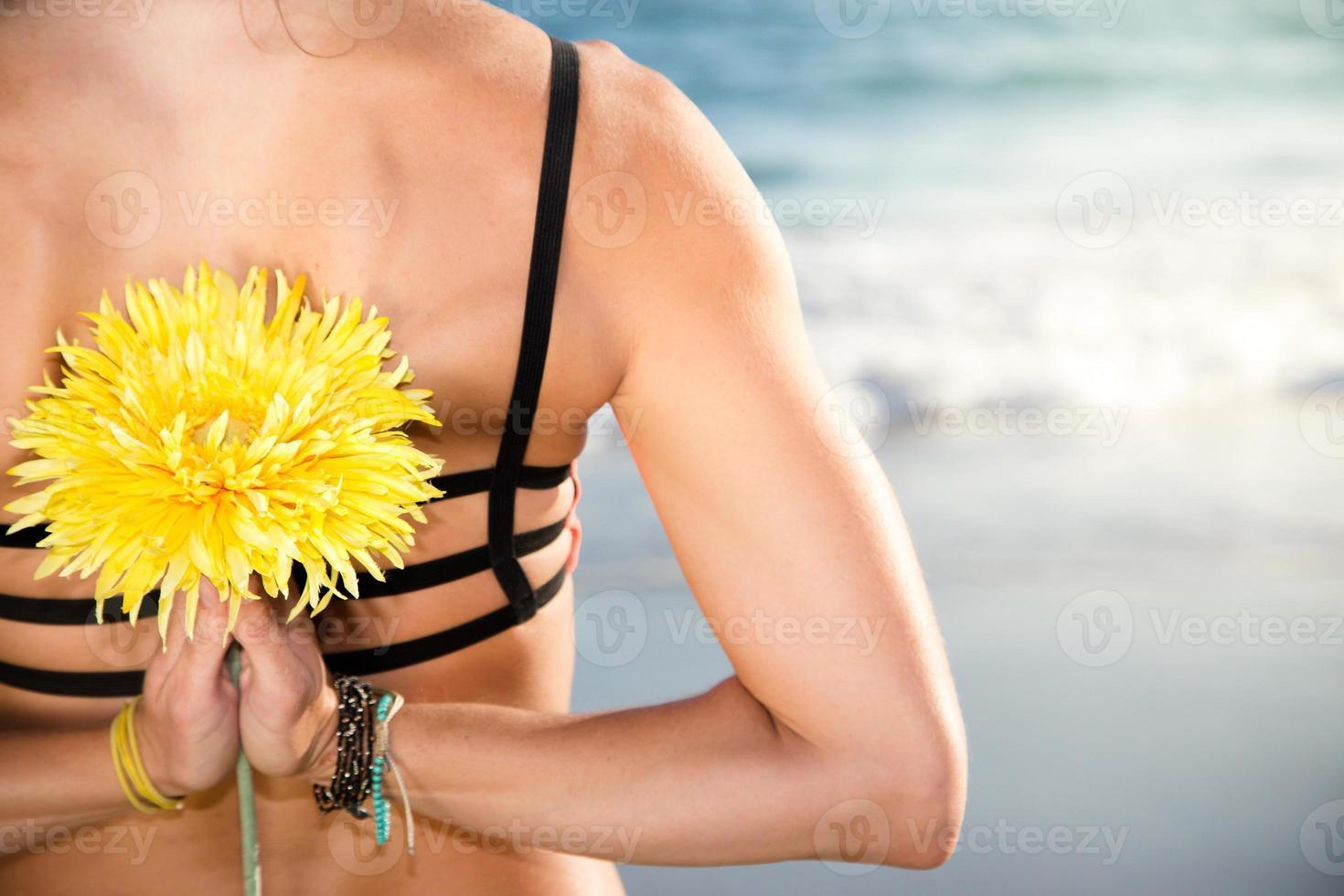 schöne kaukasische Frau, die am Strand lächelt foto