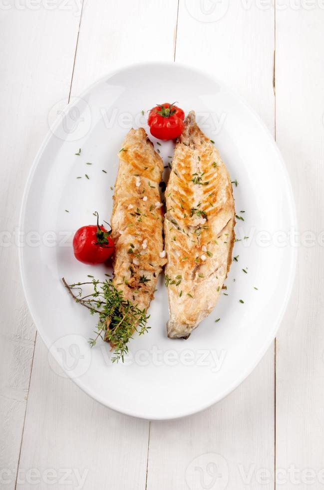 Gegrillte Makrele mit Thymian und Tomate foto