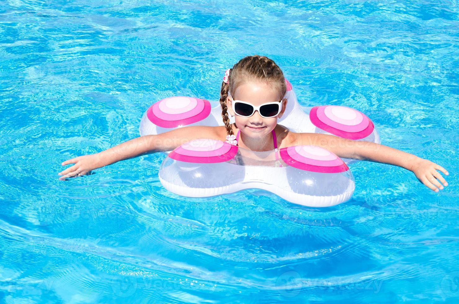 lächelndes kleines Mädchen im Schwimmbad foto