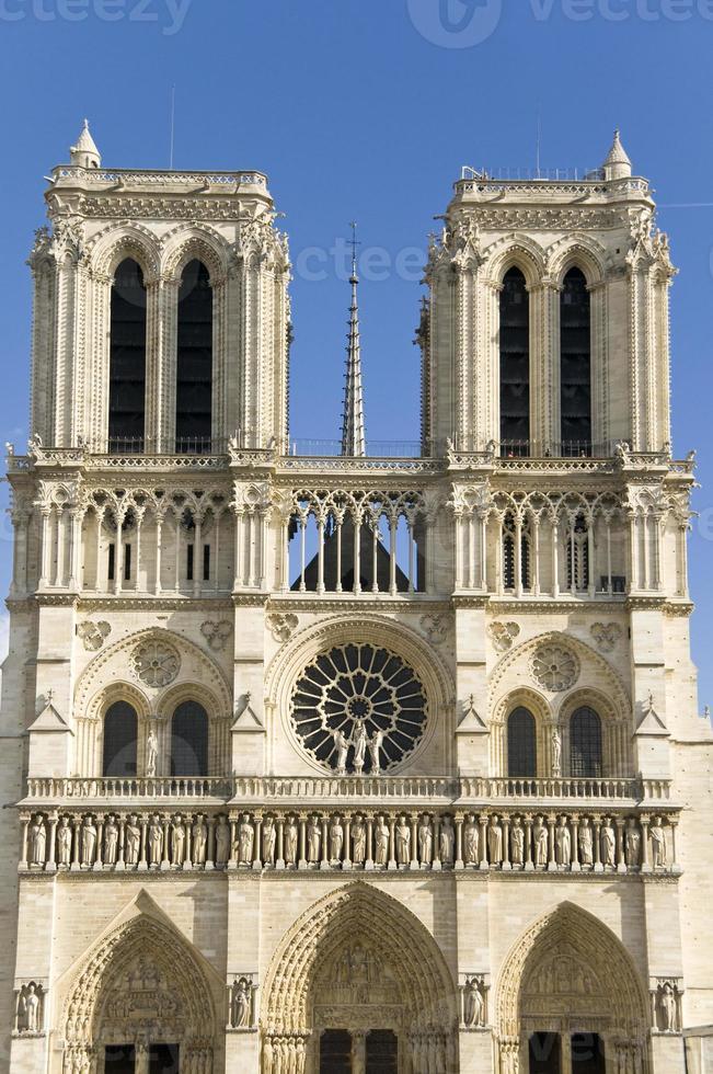 Notre Dame und blauer Himmel foto