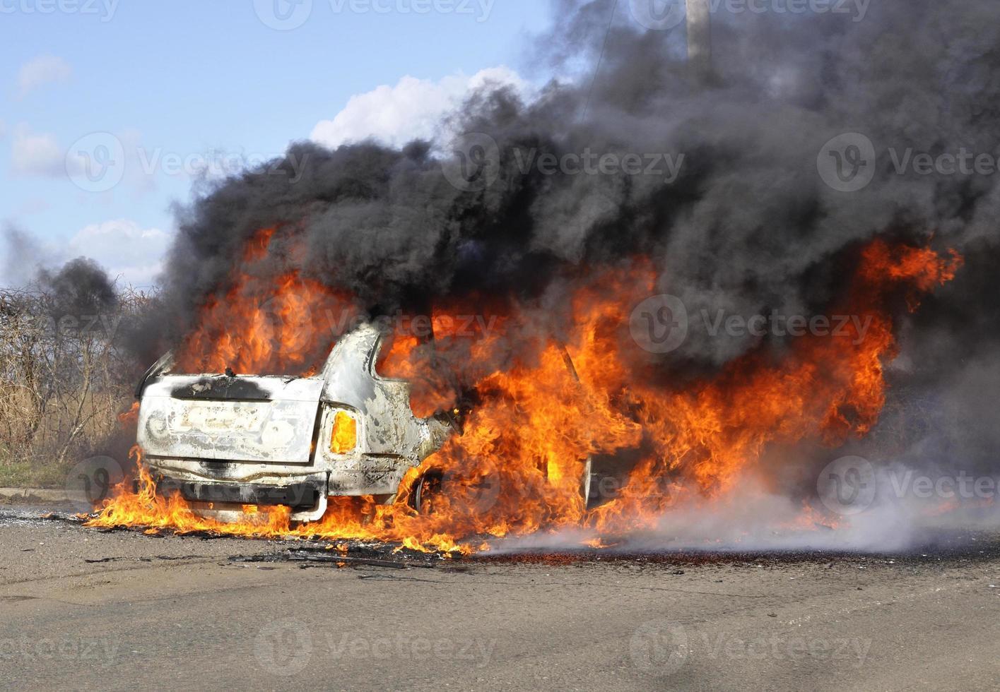 Auto in Flammen foto