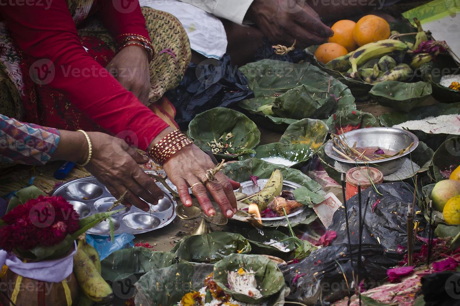 Opfergabe in nepalesischer Hindu-Zeremonie (Puja) foto