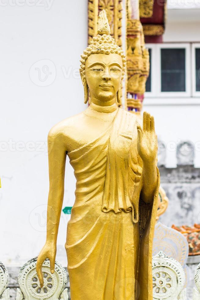 stehende thailändische goldene Buddha-Statue foto