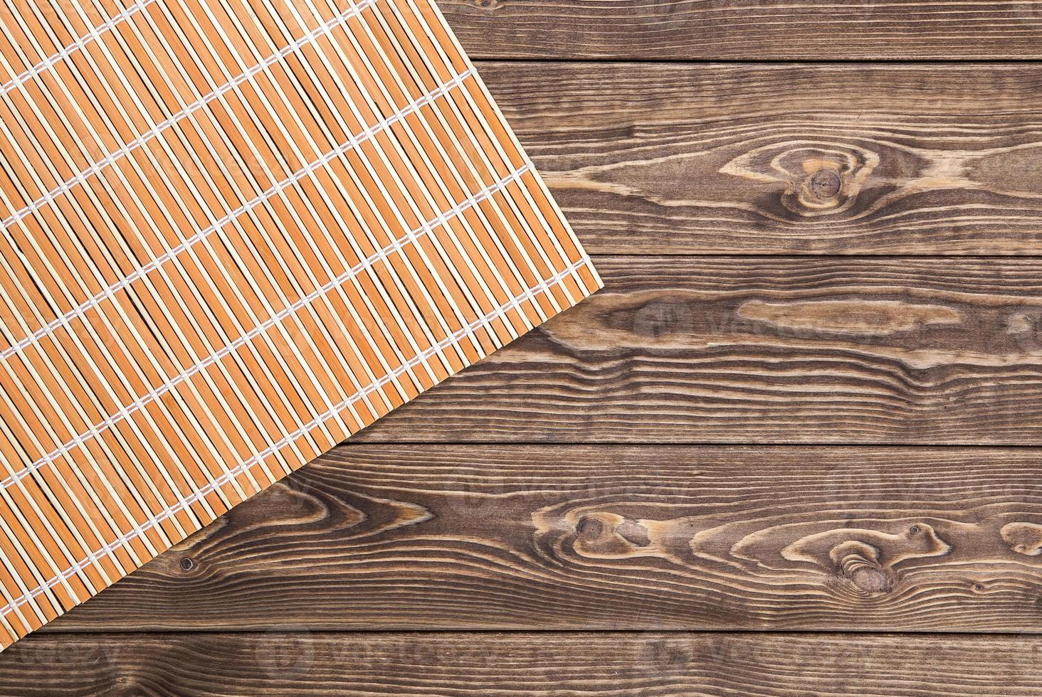 Bambusserviette auf Holztisch. Draufsicht foto