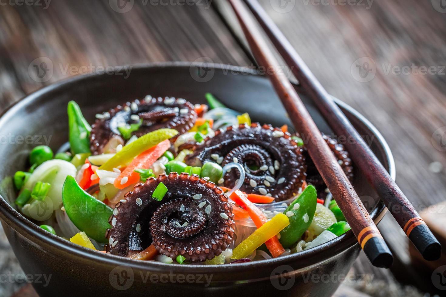 Tintenfisch serviert mit Gemüse und Nudeln foto
