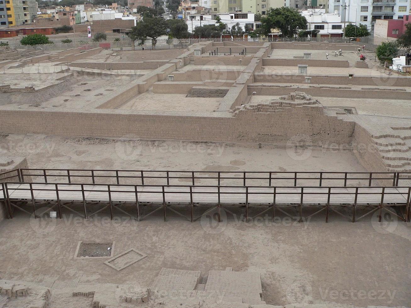 Luftaufnahme von Huaca Pucllana in Lima foto