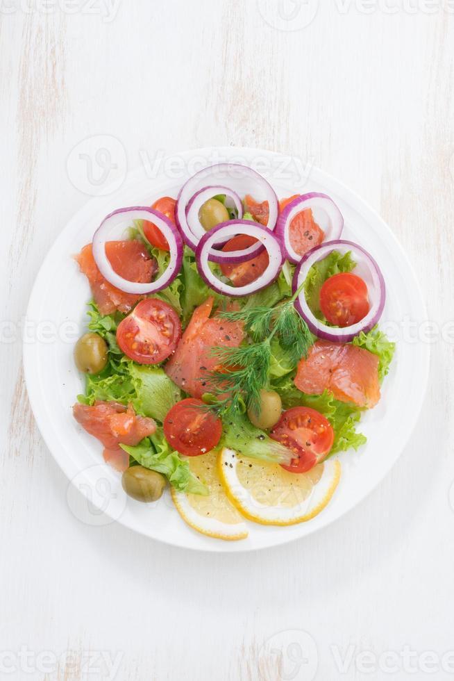 frischer Salat mit gesalzenem Lachs, Draufsicht, vertikal foto
