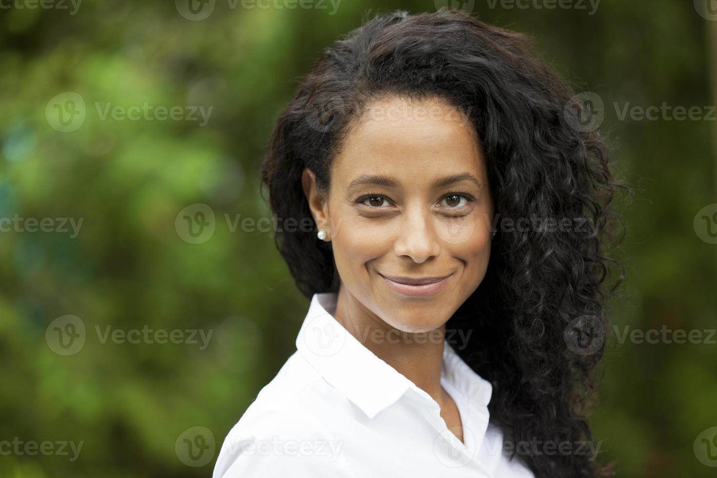 afrikanische Frau, die in die Kamera lächelt foto