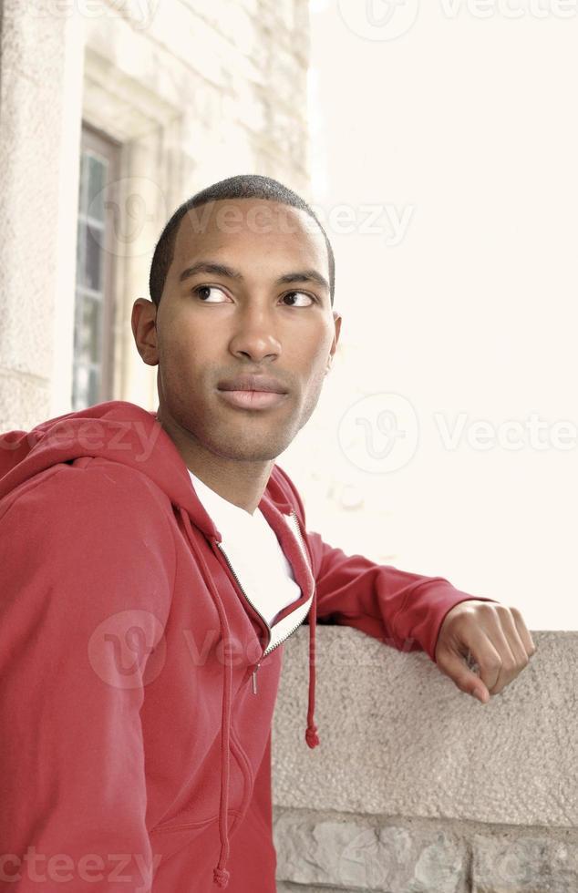 junger Mann schaut weg foto