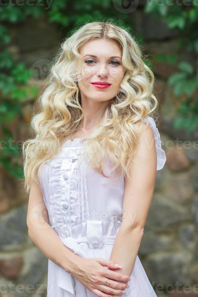 schöne junge blonde Frau foto
