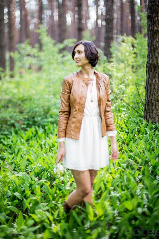 Frau im Frühlingswald foto