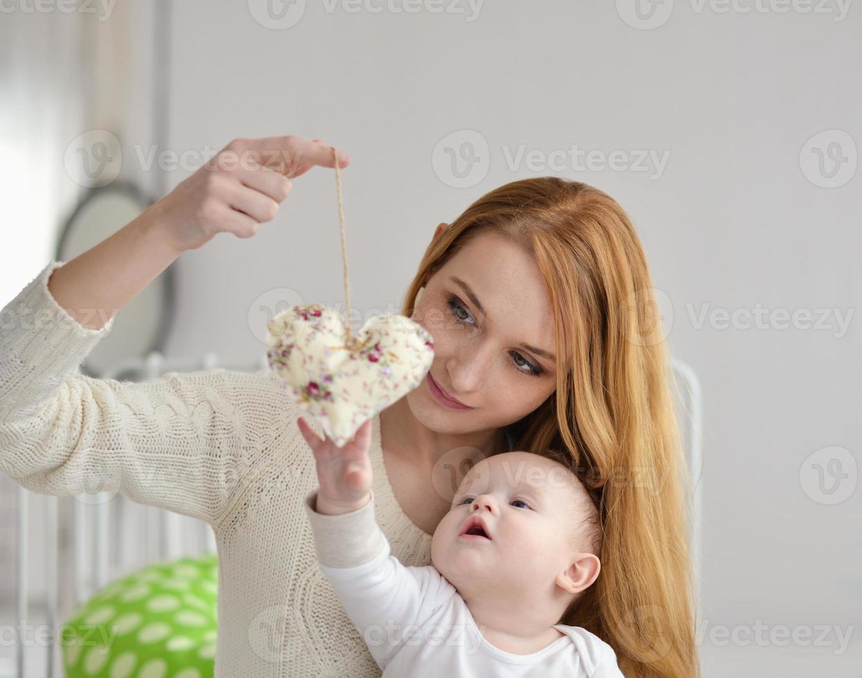 Porträt der glücklichen Mutter und des Babys foto