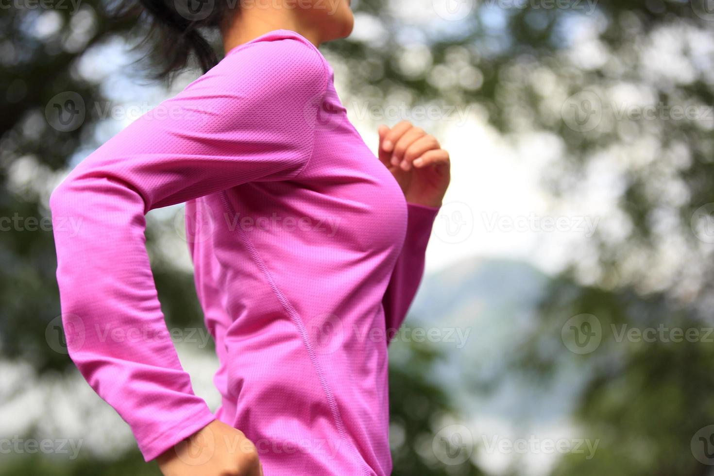 Fitness-Sportfrau des gesunden Lebensstils, die auf tibet Straße läuft foto