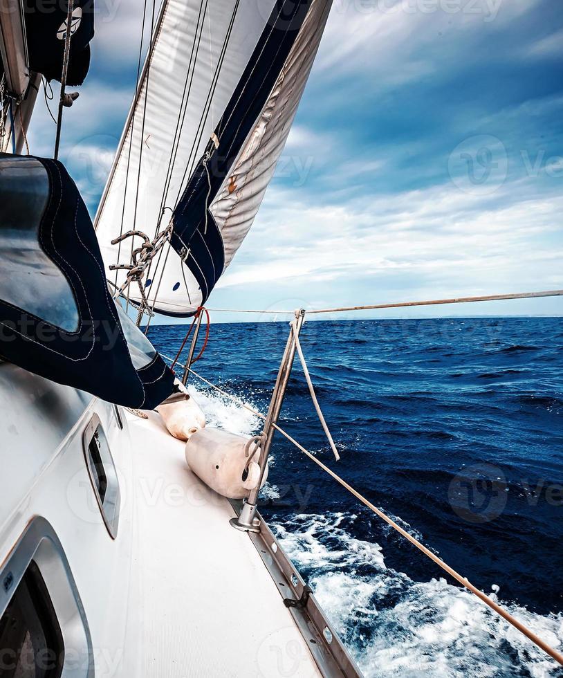 die weißen Segel von Yachten foto