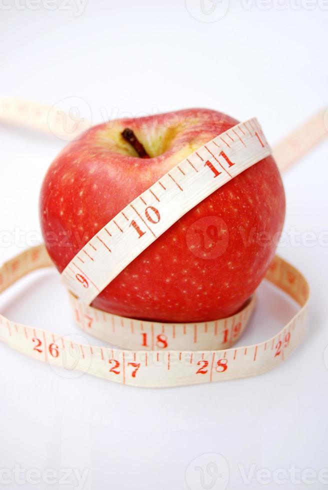 Apfel mit einem alten Maßband foto