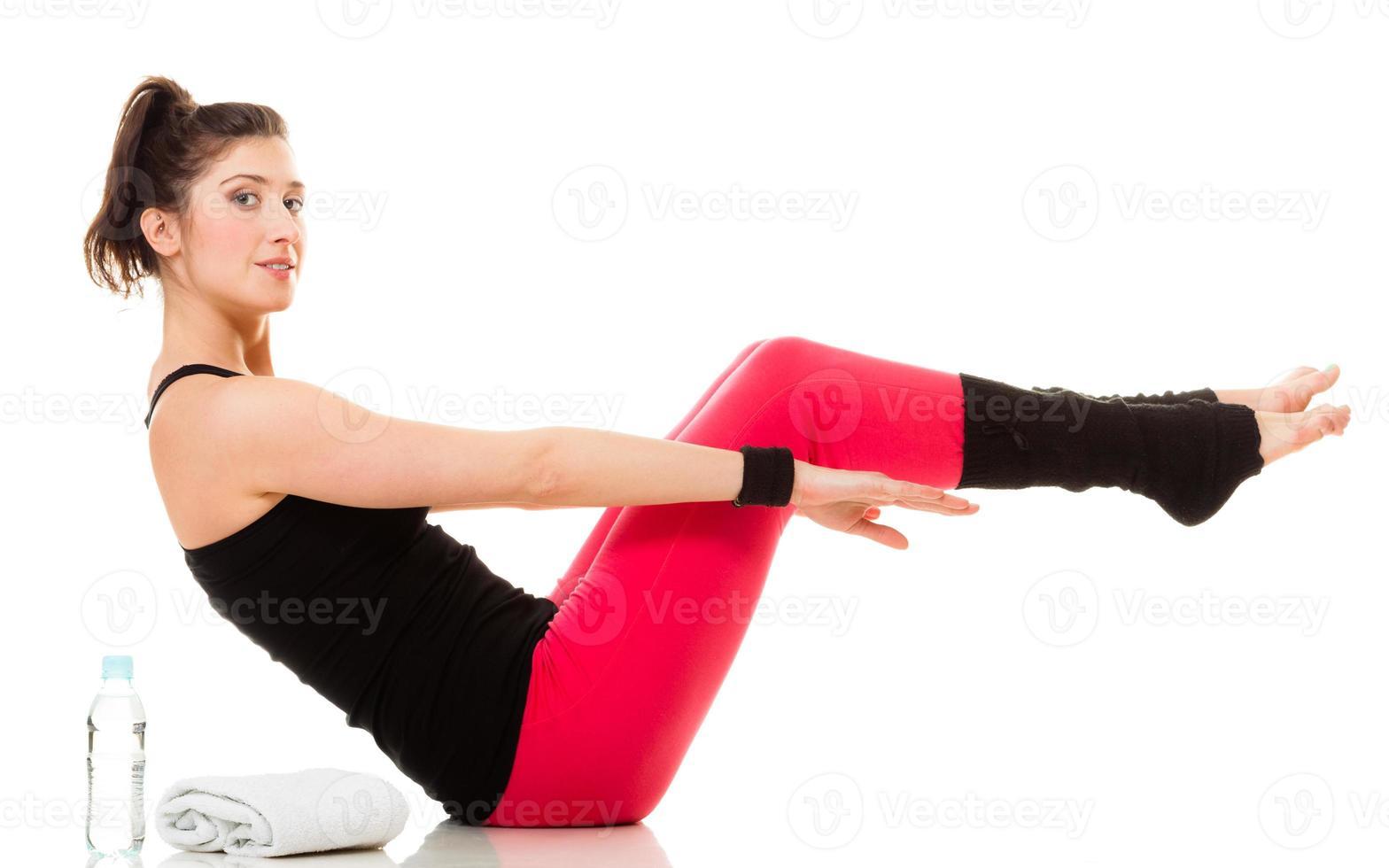 flexibles Mädchen, das Dehnungspilates Übung macht foto
