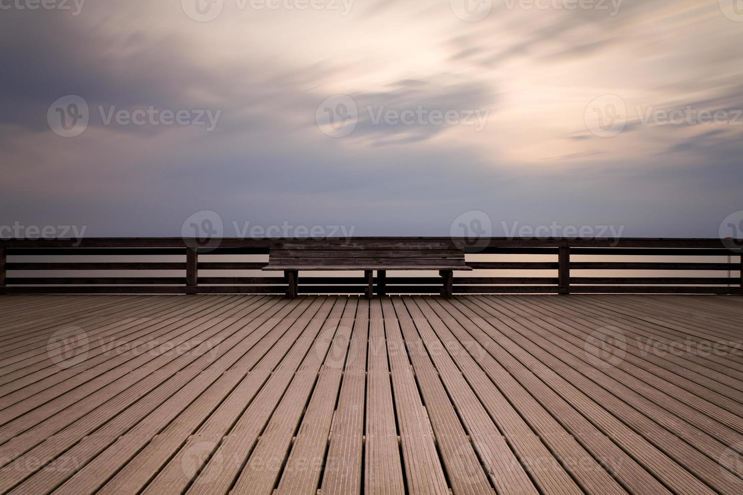 Holzbank auf Brettern foto