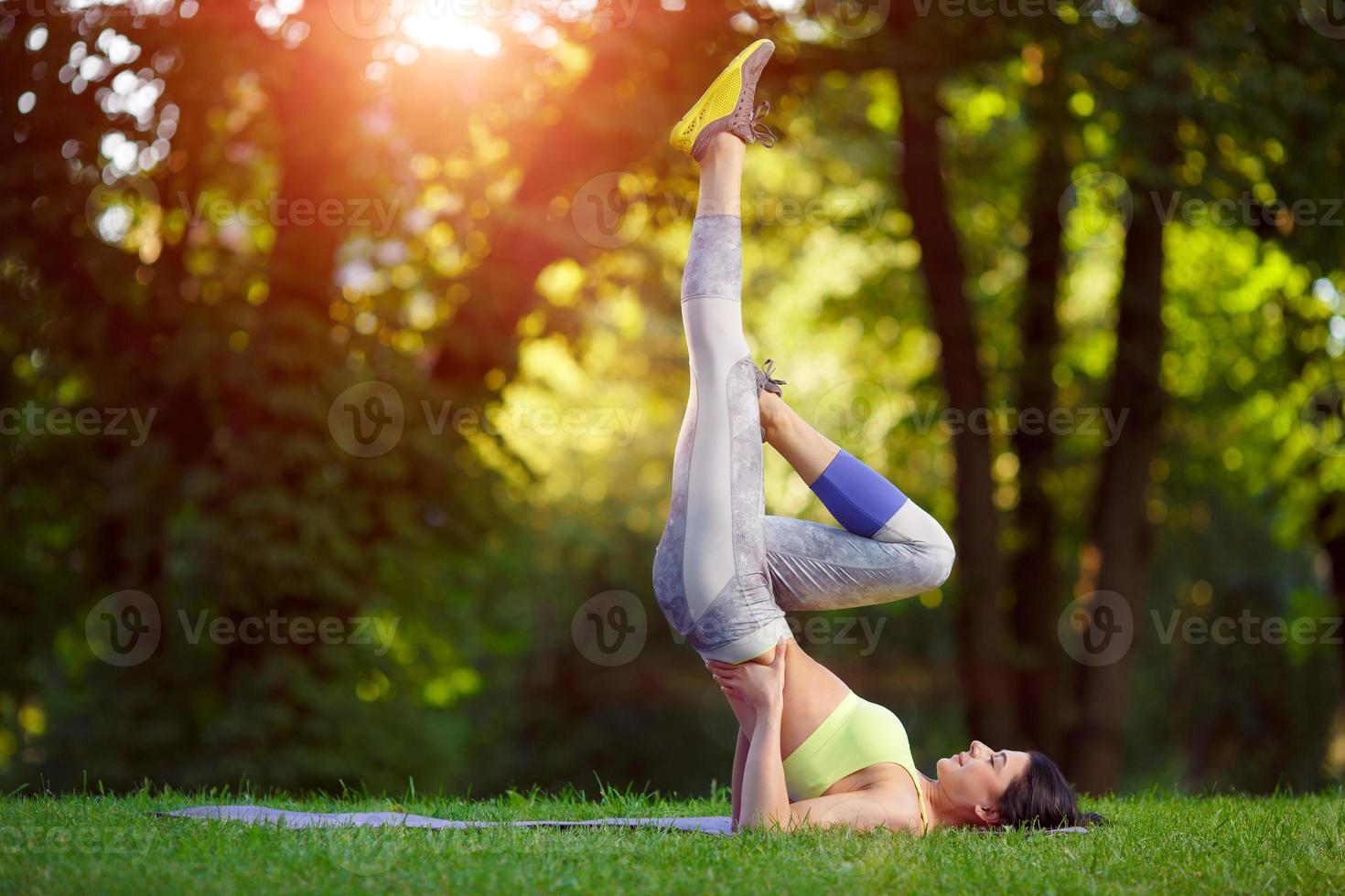 Frau, die Fitnessübungen im Park macht foto