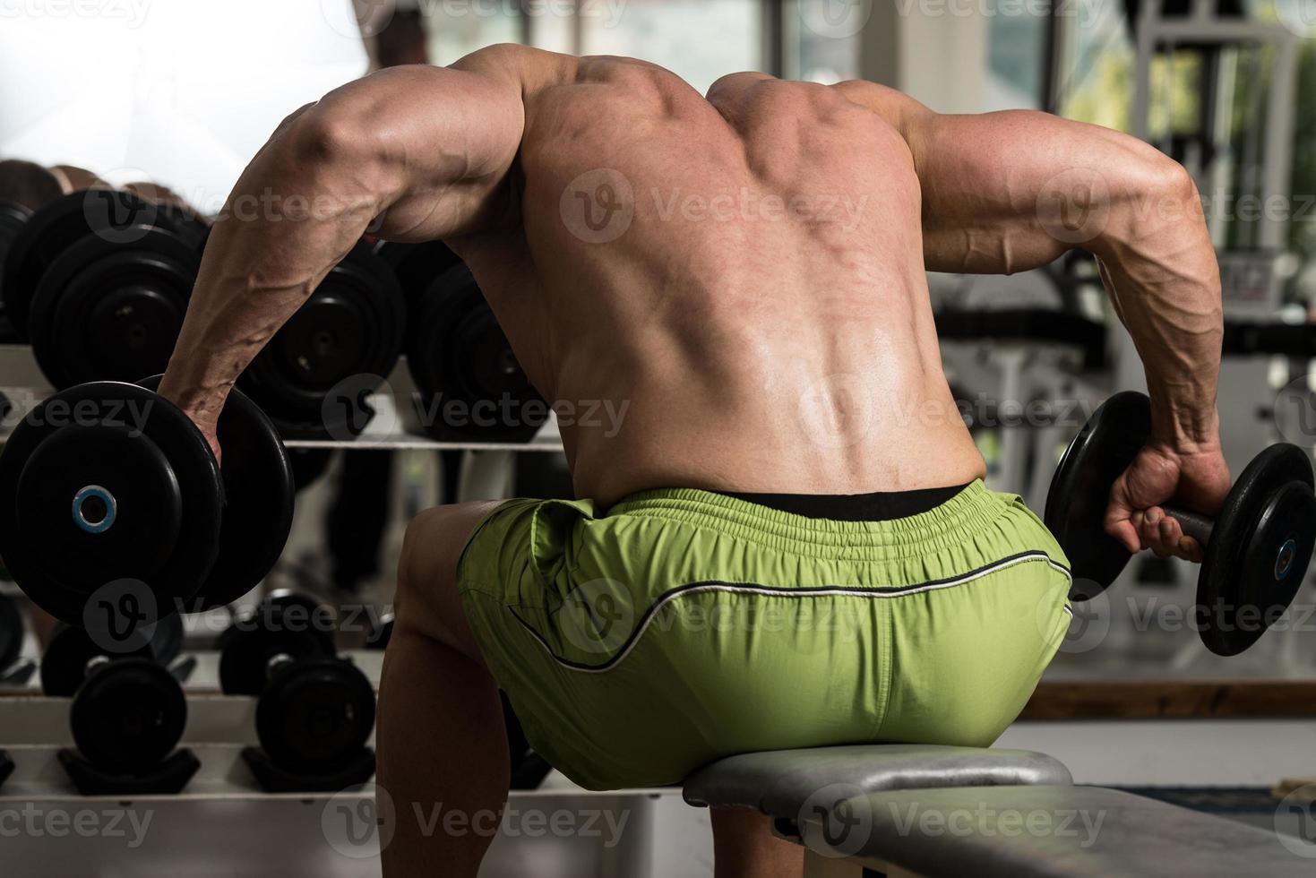 gesunder Mann, der schweres Gewicht für Rücken tut foto