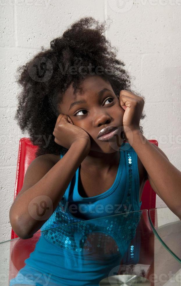 Afroamerikanermädchen sitzt foto