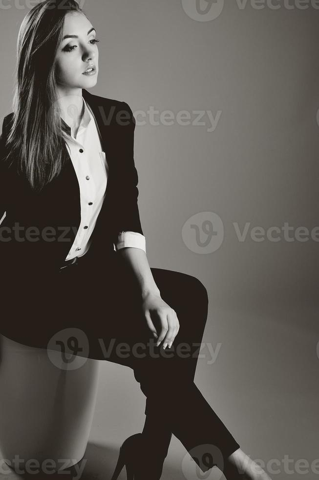 Porträt der jungen kaukasischen Frau. foto