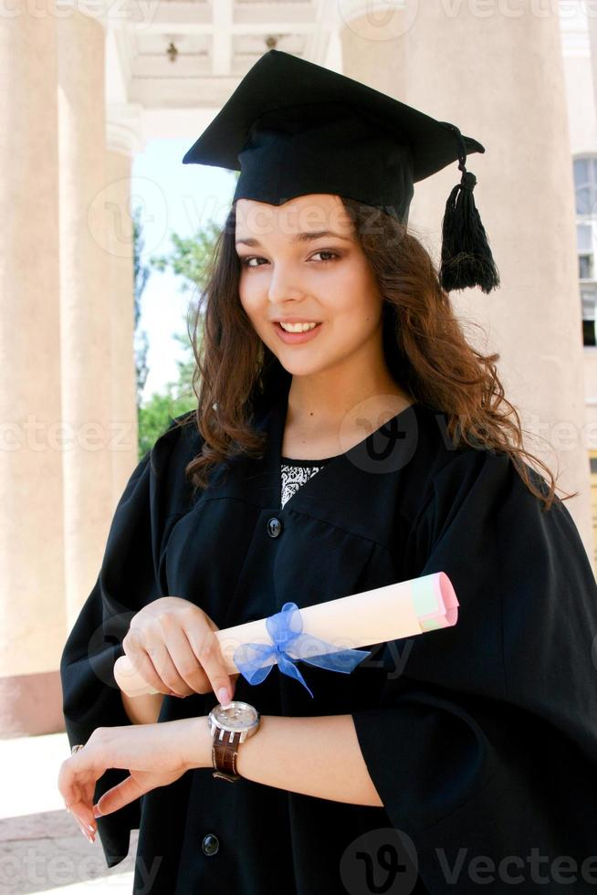 junger kaukasischer Student im Kleid mit Uhr foto