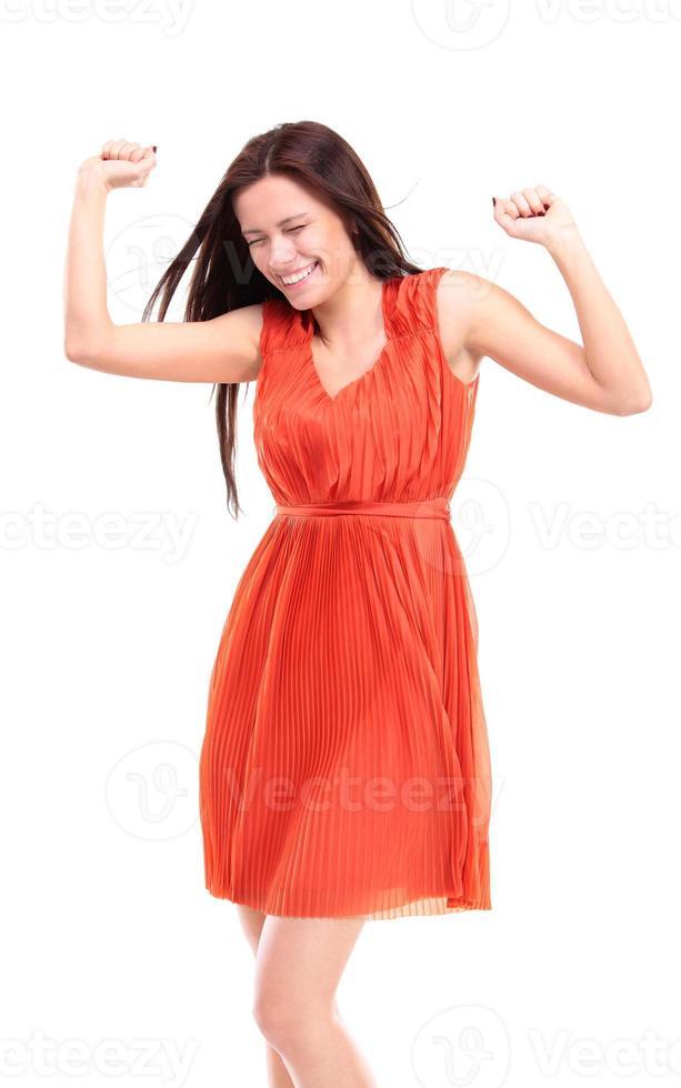 glückliche kaukasische Geschäftsfrau mit erhobenen Händen, die ihren Sieg feiern foto