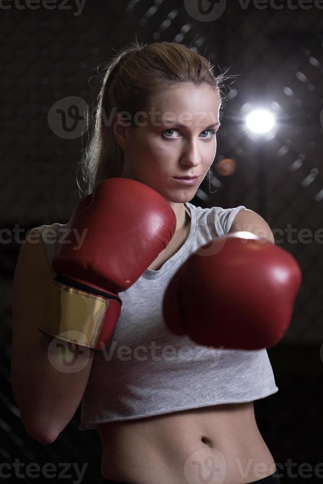 sportliches Mädchen, das Boxhandschuhe trägt foto