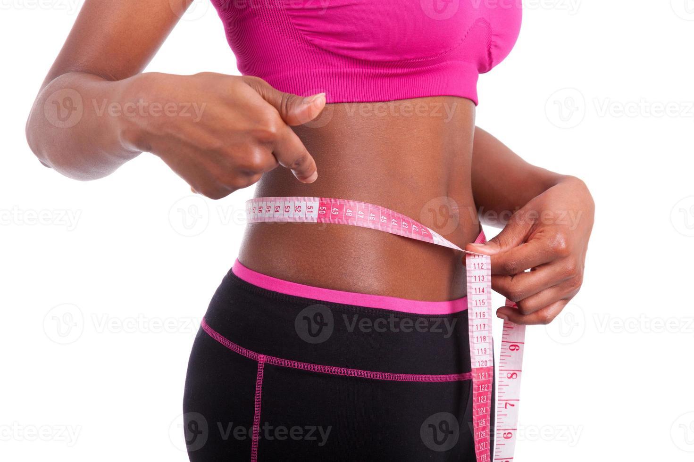 Afroamerikaner Fitness Frau zeigt ihren Bauch foto